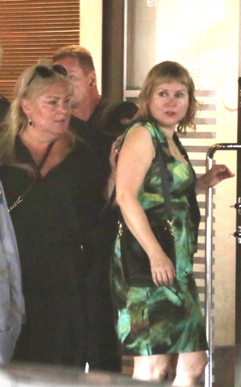 Näyttelijä Sanna Saarijärvi poistui ravintolasta toimittaja ja tv-kasvo Mattiesko Hytösen puolison Heidi Strömmerin kanssa. Sannan ja Heidin seurueeseen kuului illan aikana muun muassa näyttelijä Kirsi Ylijoki ja ex-kiekkoilija Olli Jokisen vaimo Katerina.