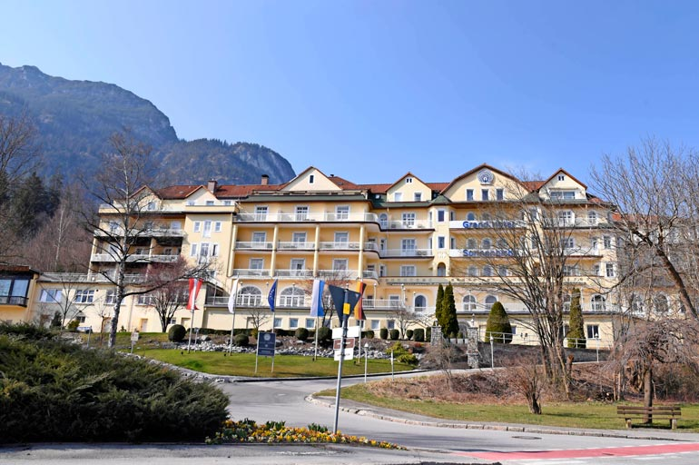 """Tässä hotellissa Garmisch-Partenkirchenissä Rama pitää majaa hoviväkensä kanssa. Yllättävää on, että hotellilla on """"vain"""" neljä tähteä."""