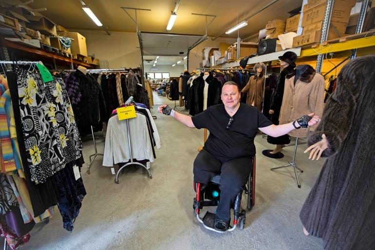 Neliraajahalvaantunut Georg Laakso on autoturman jälkeen elättänyt itsensä turkiskauppiaana.