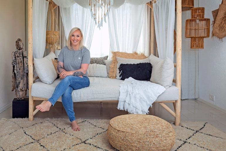 Jutta kertoo myyvänsä ex-missi Sara Siepin kanssa Indonesiassa käsityönä valmistettuja kalusteita.