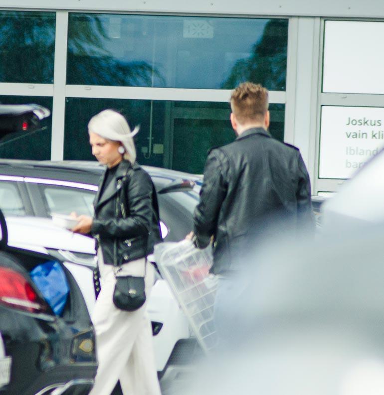 Veronica ja Juhani shoppailivat suhdettaan peittelemättä Turun Ikeassa.