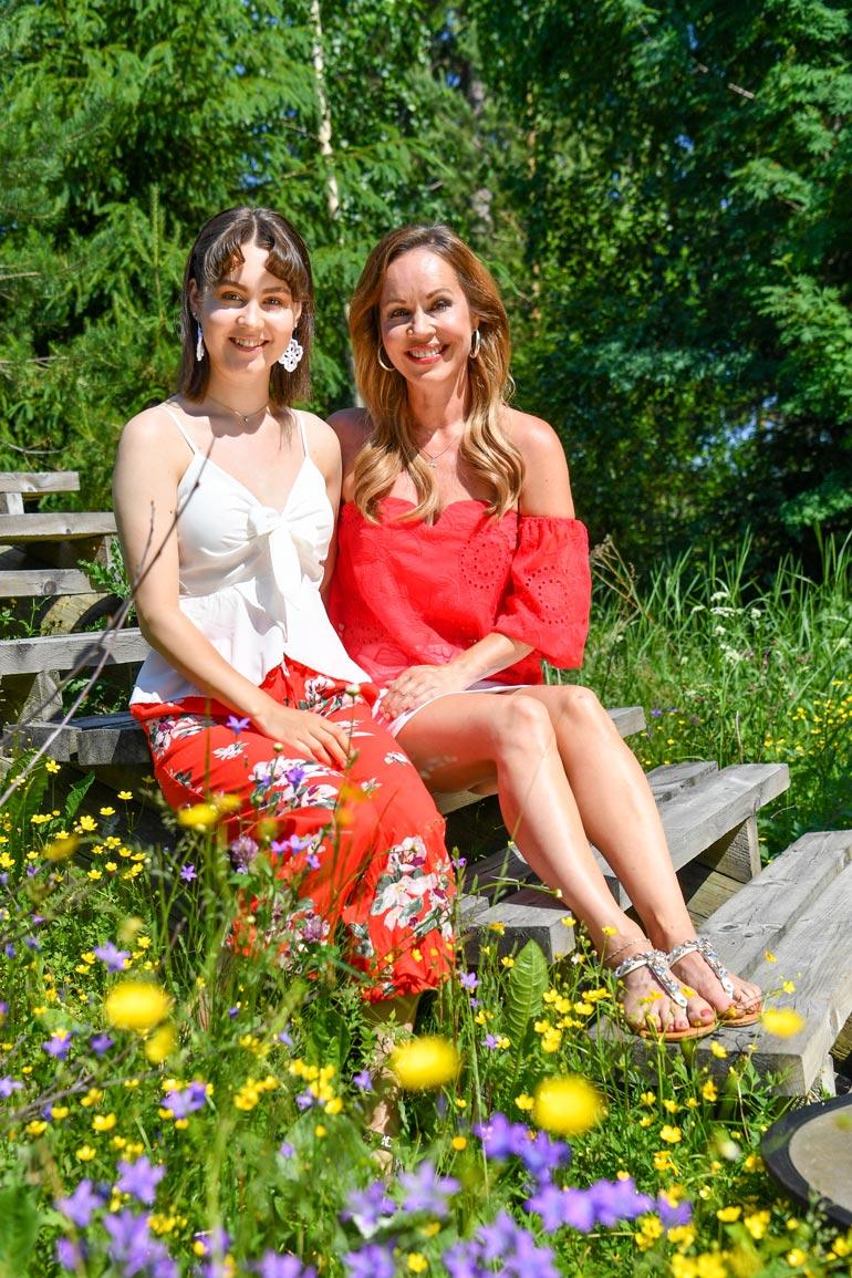 Katja toivoo, että voisi viedä Janeten kesällä Kake Randelinin keikalle. – Mehän aloitimme Virpin kanssa Kaken taustalaulajina ja -tanssijoina.