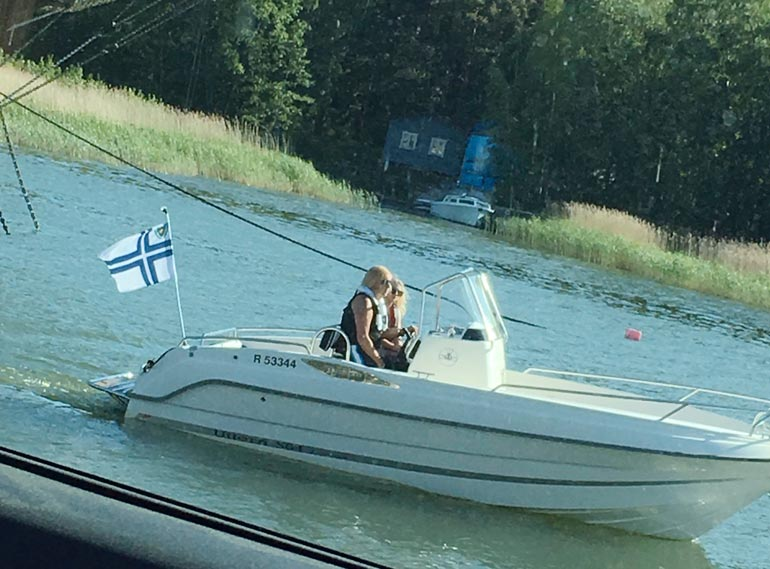 Seiskan lukija bongasi Dannyn ja nuoren ylioppilaan veneilemästä kesäkuun alussa Poroholman leirintäalueen edustalta.