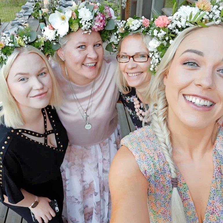 Sunnevan tyttäret Isabella ja Alexandra sekä Huippunaiset -ohjelman juontaja Jaana Villanen kukittivat polttariporukan komeilla seppeleillä.
