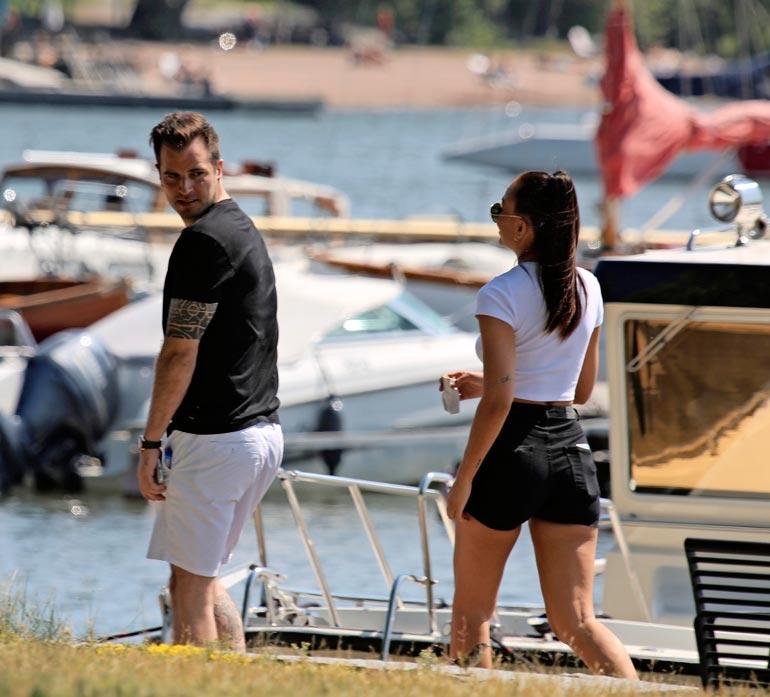 Seiskan paparazzi kuvasi Nikon ja Katrien aikaisemmin kesällä Helsingin Kaivopuistossa romanttisissa merkeissä.