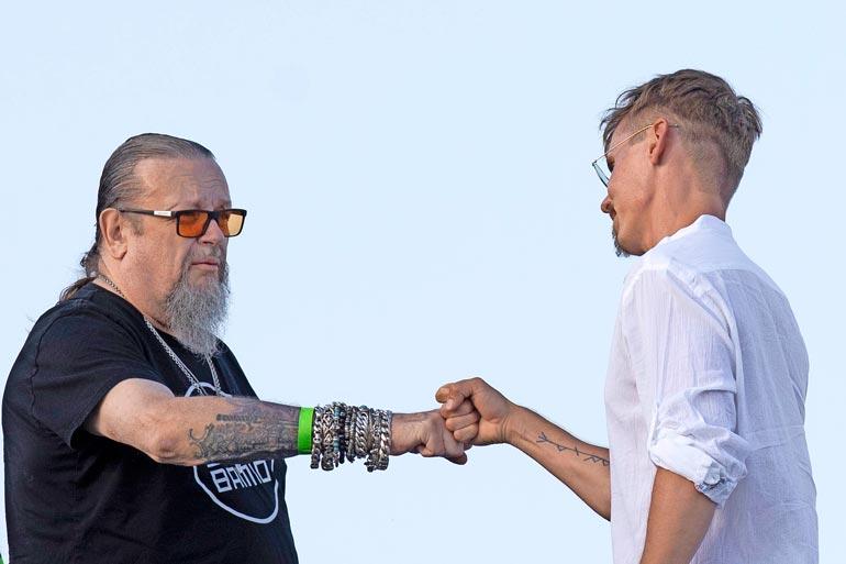 Tuottaja Markus Selin heitti Jasperin kanssa miehekkäästi niin kutsutun fist bump -tervehdyksen. Markus viipyi juhlissa vain alle puoli tuntia.
