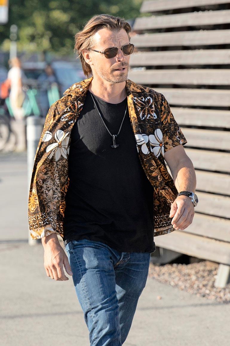 Näyttelijä Peter Franzén oli Jasperin pitkäaikaisena ystävänä itseoikeutettu vieras. Peter saapui Löylyyn yksin juhla-asunaan rento kukkapaita. Kuten muutkin vieraat, Peter saapui ilman lahjaa.