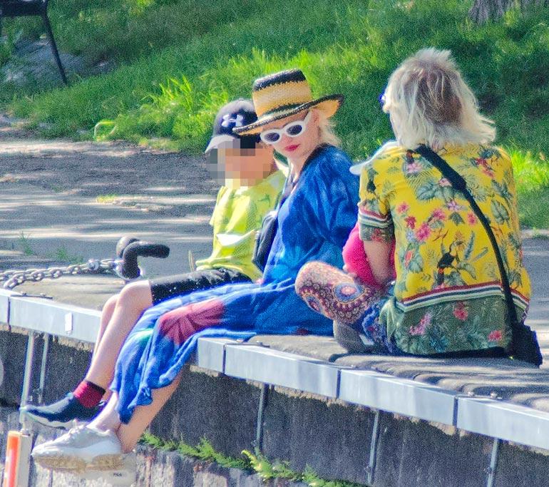 Kirkkaisiin kesäväreihin sonnustaututunutta artistiparia ei voinut olla huomaamatta. He nauttivat lämpimästä säästä ja hyvistä nauruista.
