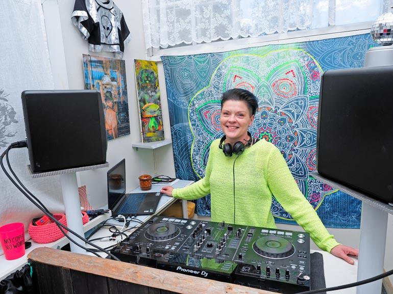Sinillä on dj-studio Varkauden  Wanhalla Asemalla. – Täällä voi soitella vaikka koko yön, jos mieli tekee!