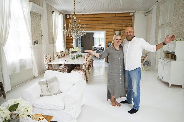 Valtavan kodin sydän on entinen luokkahuone, joka on muutettu kauttaaltaan vaaleaksi olohuoneeksi. – Kutsumme tätä juhlasaliksi, pariskunta kertoo.
