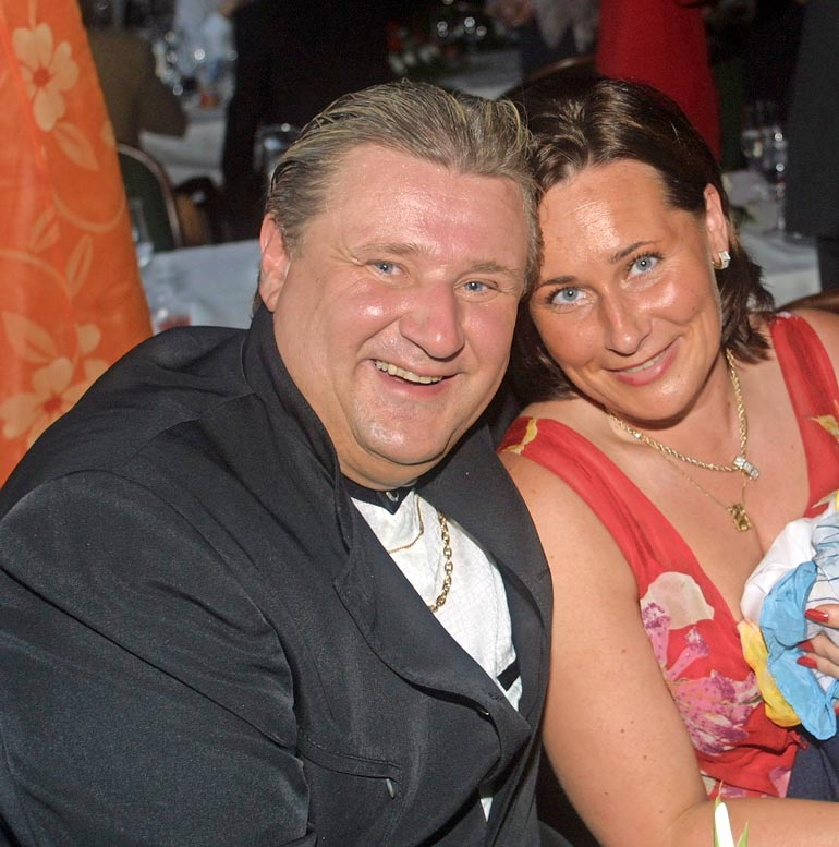 Calle ja Paula vihittiin Ylöjärvellä kesällä 2000. Bestmanina hääräili Matti Nykänen. Nyt Matti on poissa ja Callen ja Paulan avioliitto romuna.