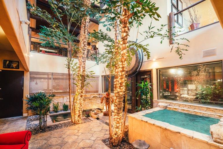 Talon sydämeksi voisi sanoa kahta kerrosta halkovaa avointa tilaa, jonka keskellä seisoviin lamppuihin on kiedottu bambua. Lasikatto päästää luonnonvalon sisälle.