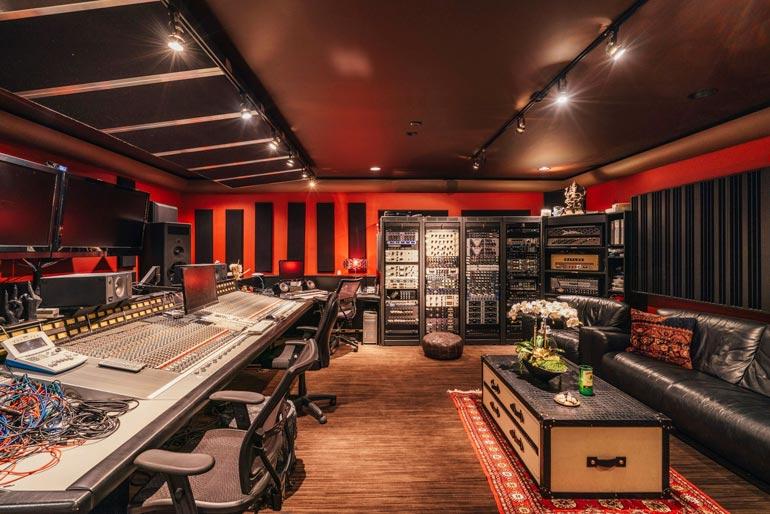 Valtavassa studiossa  musiikin ystävä pääsee toteuttamaan unelmiaan huipputekniikalla.