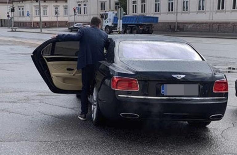Räps! Turku keskiviikkona klo 18:51. Seiskan tarkkasilmäinen lukija bongasi Jethro Rostedtin kipuavan öky-Bentleynsä tilavalle takapenkille.