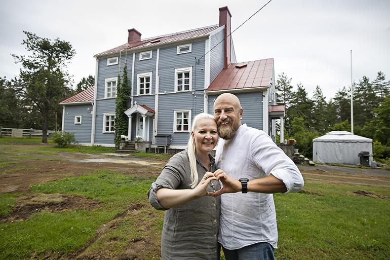 Sunneva Kantolan ja Harri Sjögrénin lemmenpesä on 380-neliöinen vanha kyläkoulu Mikkelissä. – Remontoimme tästä hiljalleen oman näköisemme.