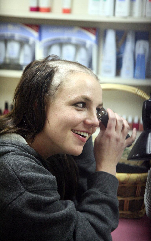 Britney spears ajaa tukkansa