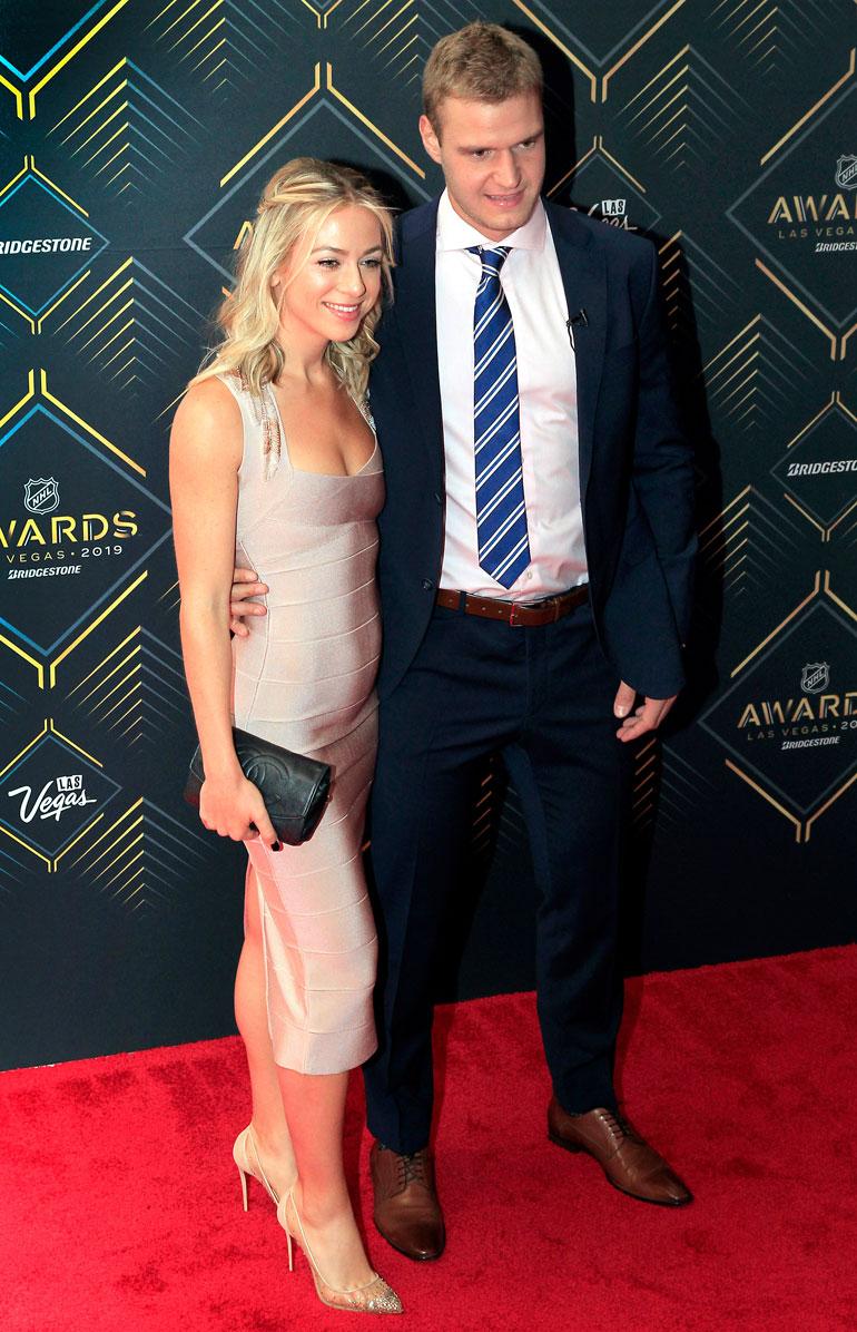 Aleksander Barkov ja Julia poseerasivat yhdessä kuvaajille NHL:n palkintogaalassa kesäkuussa 2019.