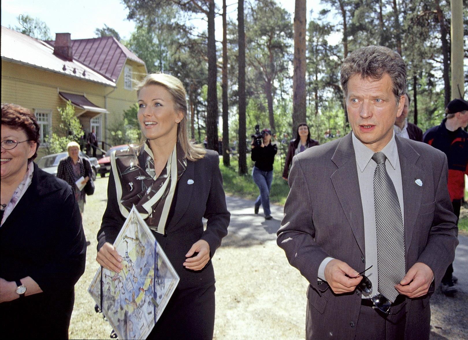 Seiskan suhdepaljastuksen jälkeen Tanja ja Sauli eivät enää peitelleet lämpimiä välejään. Kuva Kangasalta kesällä 2001.