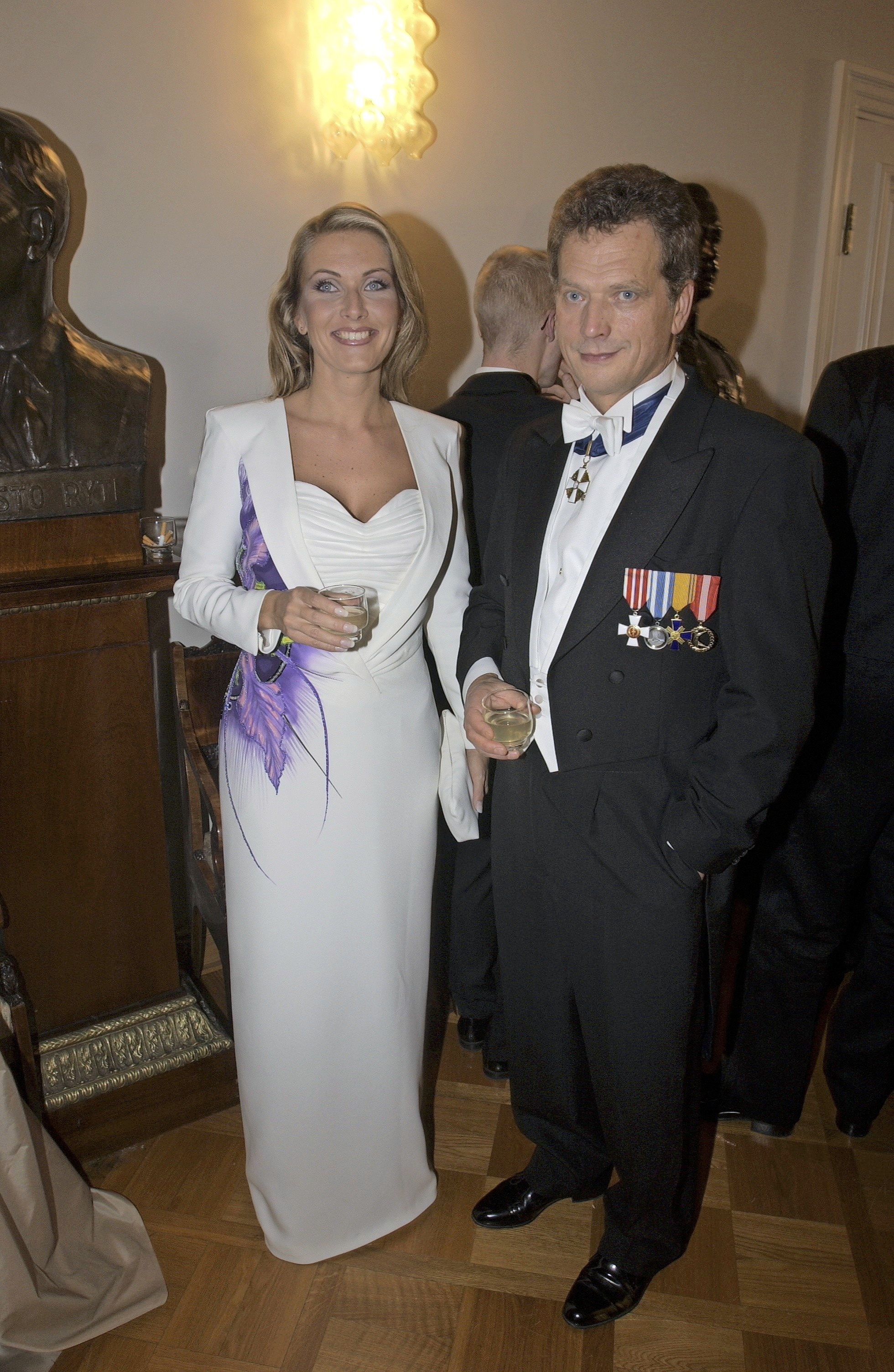 Tanja Karpela ja valtiovarainministeri Sauli Niinistö olivat Linnan juhlien kuvatuin pariskunta vuonna 2001.