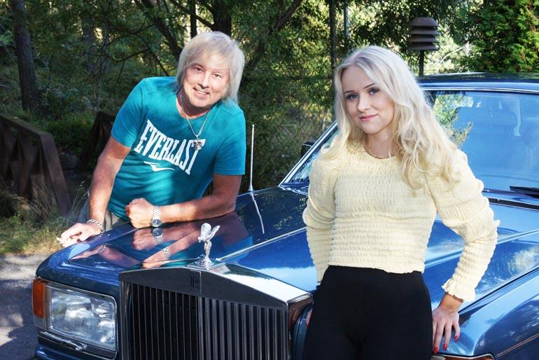 Upea vanha Rolls-Royce kuuluu Dannyn ystävälle, grillimestari Santtu Pelamolle, joka kyyditsi Helmiä yksityisajelulla ympäri Raumaa. – Oli kyllä hyvät kyydit!