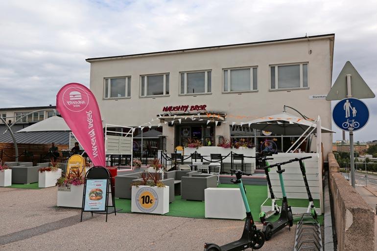 Naughty BRGR -ketjun uusin ravintola avattiin toukokuussa Helsingin Vallilaan. Ravintolan edustalla komeilee 60-paikkainen terassi.