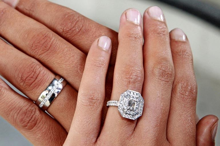 Upeat sormukset ovat suomalaista käsityötä, joiden suunnittelussa Teppo oli itse mukana. – Aleksandran sormuksessa on yhteensä 61 timanttia, omassani niitä on 31.