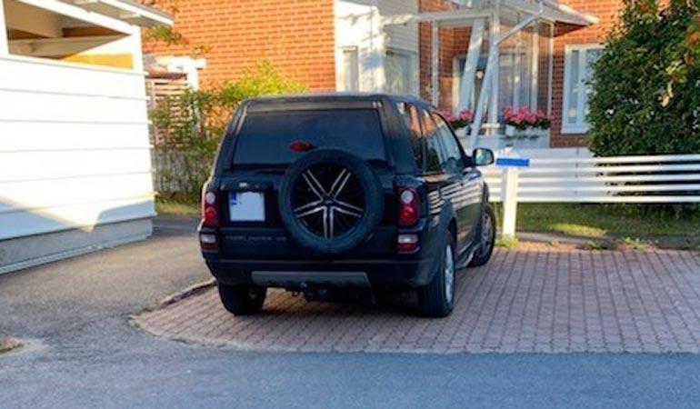 Olympiavoittaja oli lainannut Sami Uotilan autoa päästäkseen riiuureissulle Pohjoiseen. Auto oli naisen talon edessä yön yli.