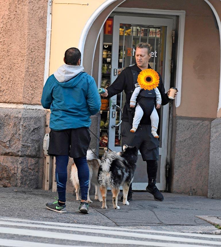 Jukka kävi vauhdikkaan lenkin päätteeksi hakemassa ystävälleen Mehdi Yonesille viherpirtelön.