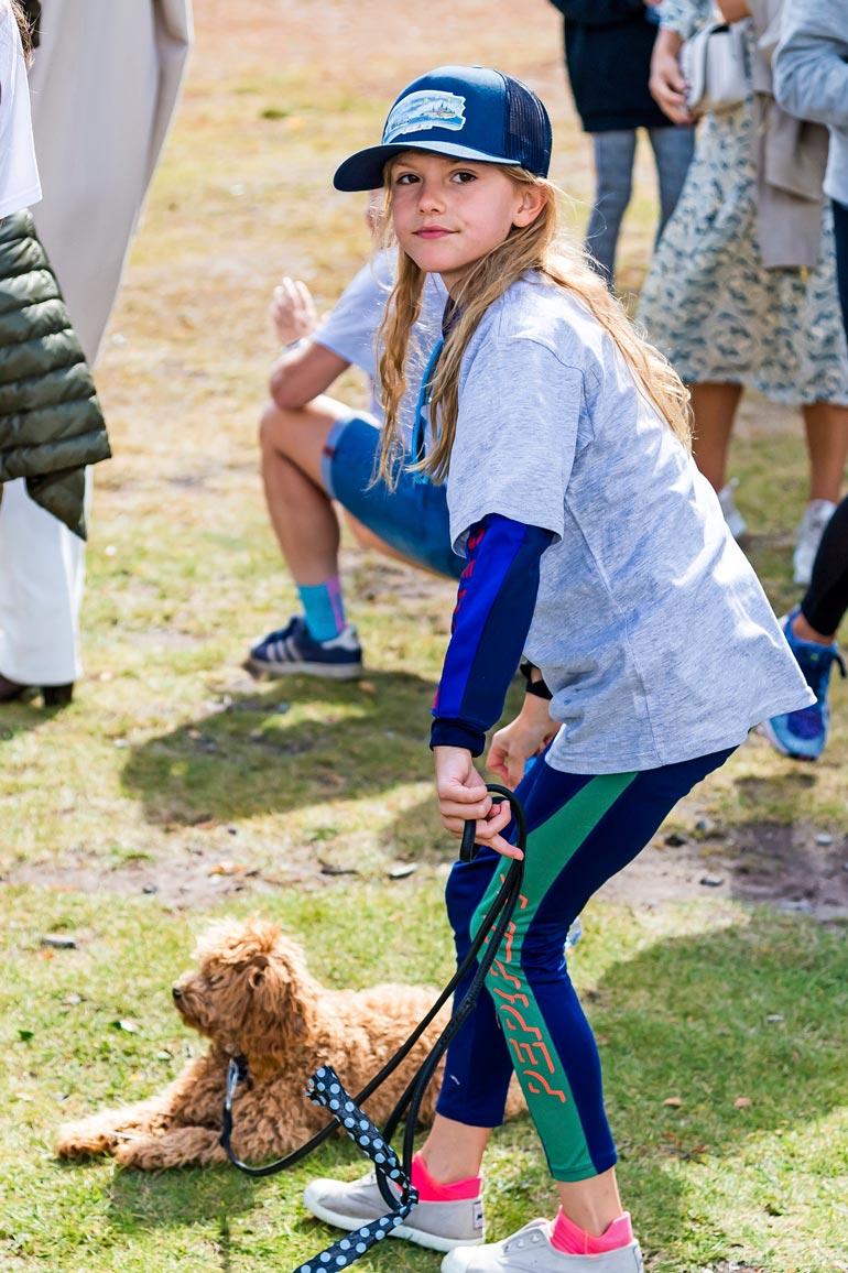 Äitinsä näköinen prinsessa Estelle nautti saadessaan leikkiä Rio-koiran kanssa. Estelle on luonteeltaan villi ja itsevarma.