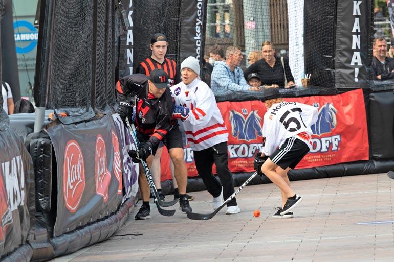 JVG:n VilleGalle ei pelännyt kontaktia, kun tunnetut suomalaiset ottivat yhteen Street Hockey -tapahtumassa.