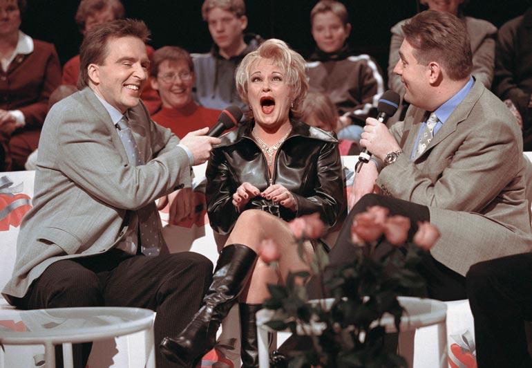 Artistivieras Kikkaa oli hauskuuttamassa myös ohjelman toinen juontaja Joel Hallikainen vuoden 2000 maaliskuussa.