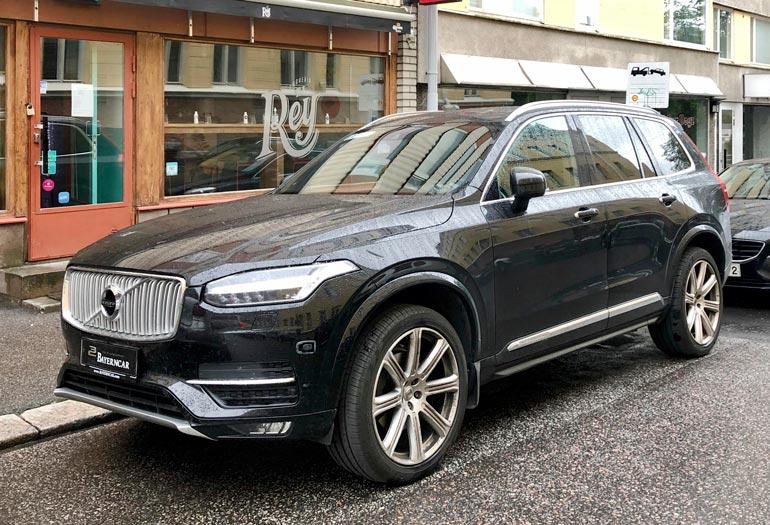Duudsonit-Jukka on käynyt myös autokaupoilla. Hän kurvailee Saksasta tuodulla komealla Volvo XC90 -ökymaasturilla.