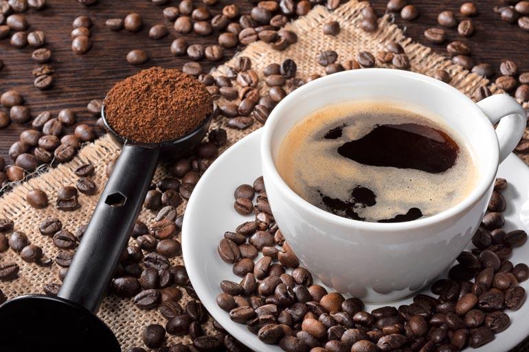 Vaaleapaahtoisesta kahvista ei tule tummempaa lisäämällä kahvimittoja, päinvastoin, liika-annostelu kitkeröittää kahvin.