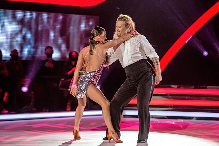 Jukka aloitti tanssikisan sunnuntaina tanssinopettaja Katri Mäkisen ohjeilla.