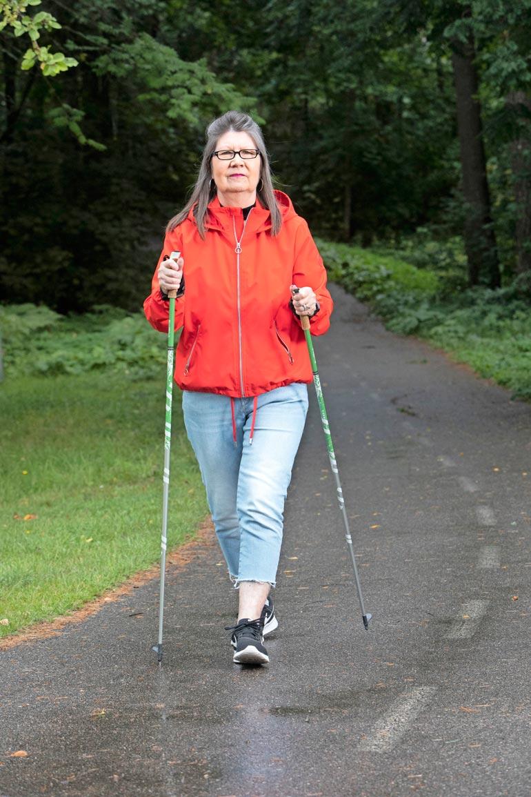 Armi käy lähimetsikössä kävelyllä ja pitää kunnostaan huolta. – Pakko on kiinnittää huomiota terveellisiin elintapoihin. Olen alkoholinkin jättänyt melkein kokonaan.