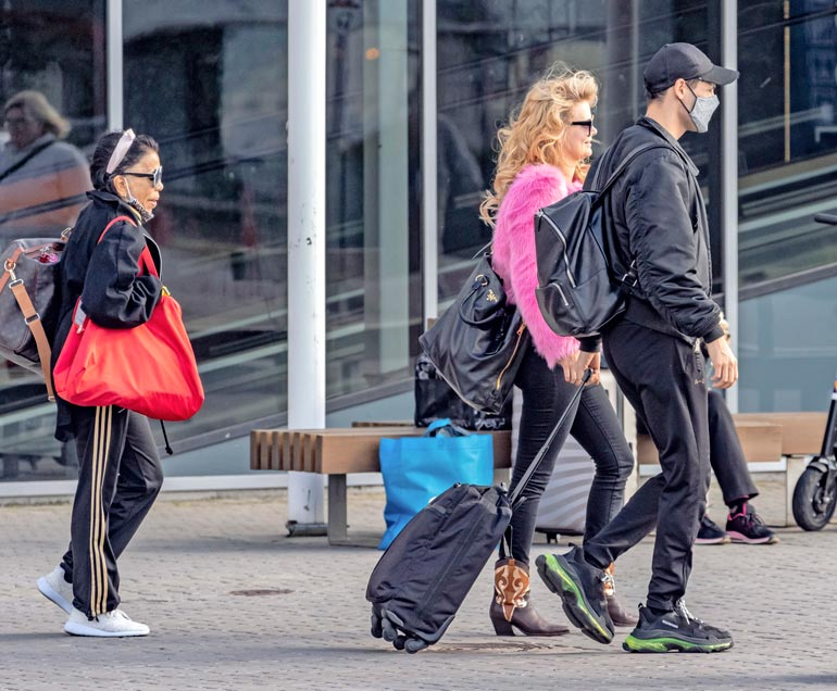 Erikalla oli jalassaan buutsit ja olalla Pradan laukku, Mert oli pukeutunut mustiin ja Nisa Soraya yritti pysyä kaksikon kintereillä.
