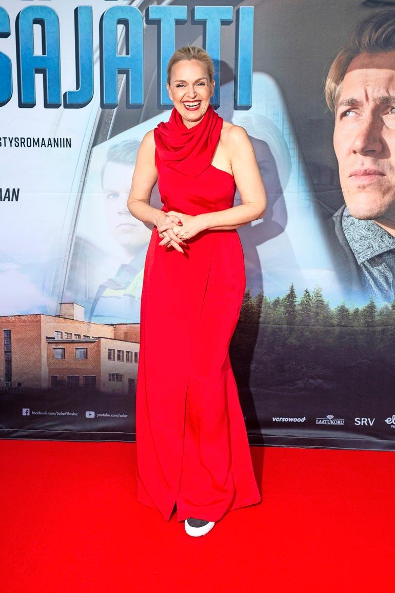 Upealla Anu Sinisalolla oli yllään Metsäjätin kutsuvierasnäytöksessä Anne Mari Pahkalan suunnittelema iltapuku, johon Anu oli yhdistänyt leikkisästi tennarit.