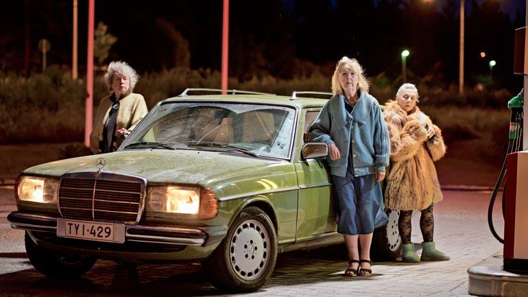 Alkuvuodesta ensi-iltansa saanut Teräsleidit on Seelan (oik.) tuorein elokuva, jossa näyttelevät myös  Leena Uotila ja Saara Pakkasvirta (vas.).