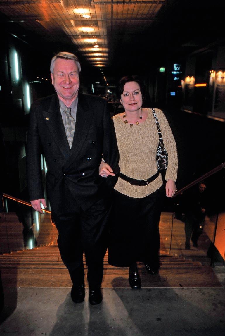 Vexi Salmi ja vaimo Katri Wanner-Salmi Irwinin elämäkertaelokuvan Rentun ruusu ensi-illassa 2001.