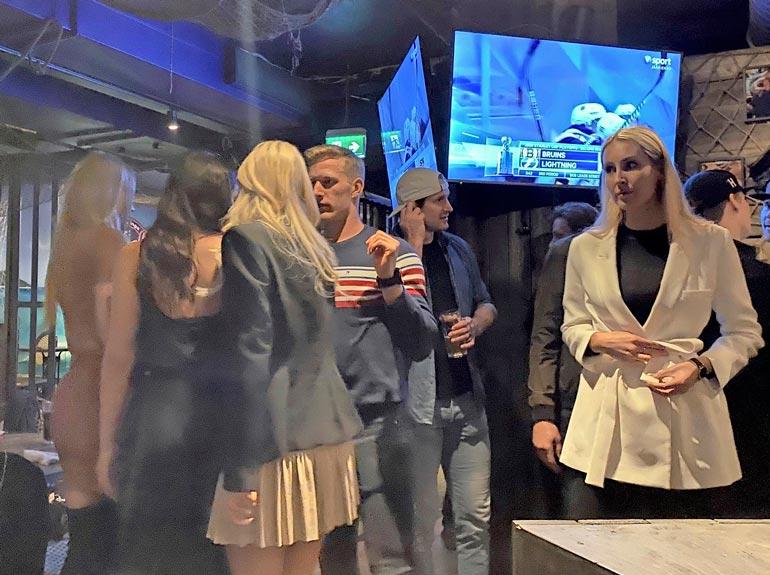 Jokereiden KHL-pelaajat parvelivat missifinalistien seassa innokkaina helsinkiläisessä ravintolassa.