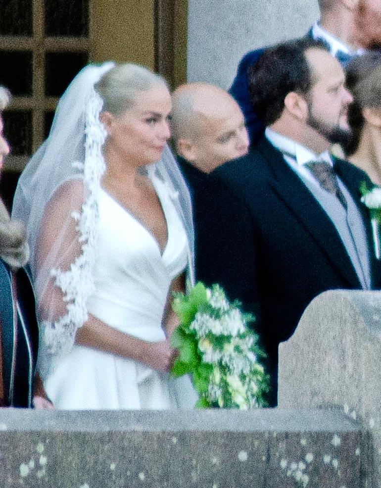 Juhlakansa otti kuvia Turun Mikaelinkirkon edustalla.