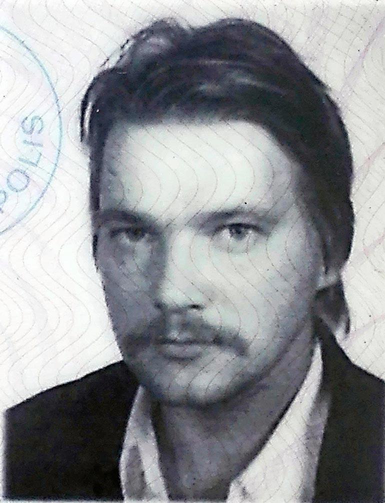 – Oon rauhaa rakastava ihminen, joka muuta sanoo, lyön turpaan, Markus tokaisee kirjassa. Ajokorttikuva vuodelta 1990.