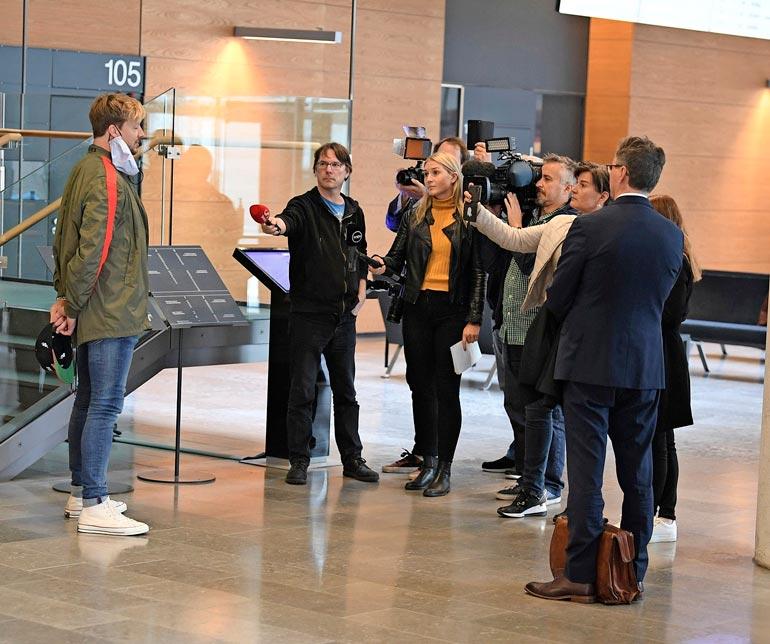 Samu suostui lehdistön haastateltavaksi mutta halusi, että häneen pidetään vähintään kahden metrin turvaväli.