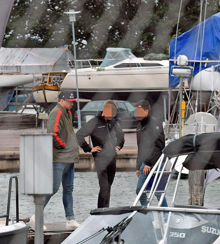 Veneliikkeen laiturilla Samu oli lähietäisyydellä myyjien kanssa, eikä rokkarilla ollut enää koronamaskia.