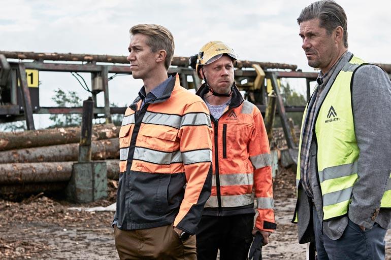 Metsäjätti-elokuvassa Jussin roolihahmo Pasi värvätään Törmälän vaneritehtaalle lakkauttamaan tehtaan toiminta.
