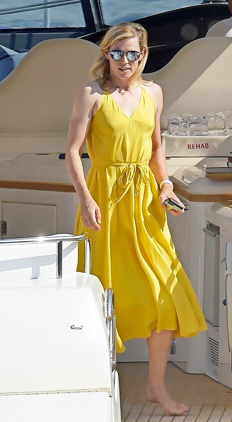 Tiffany oli kuvankaunis ilmestys laivan kannella. Hän ei australialaisten tavoin rusketa ihoaan melanooman pelossa.