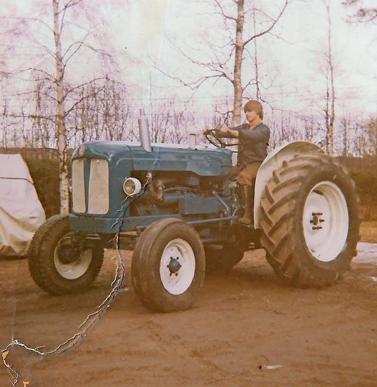 Markukselle oli maalla kasvaneena luontevaa istahtaa jo nuorena miehenä traktorin rattiin.