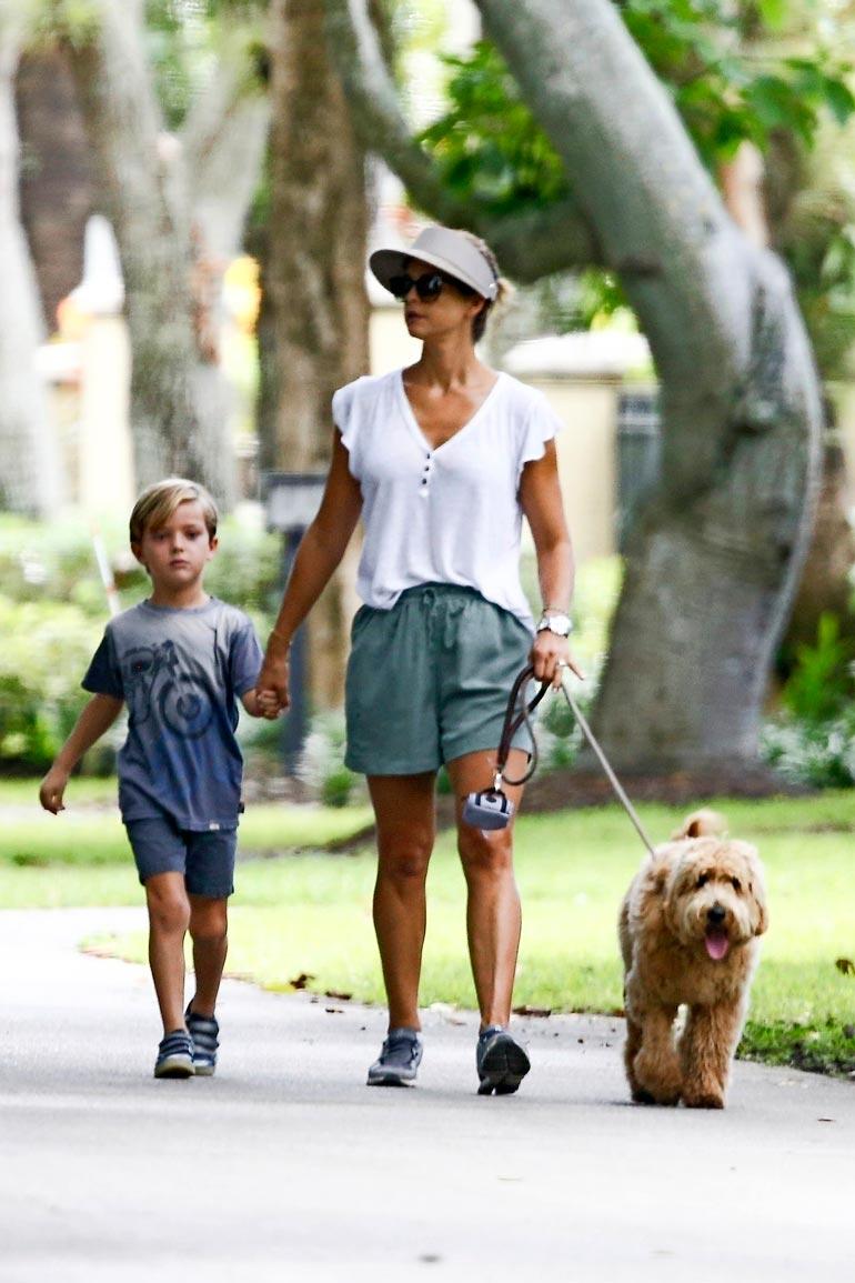 Prinsessa Madeleine ja prinssi Nicolas ulkoiluttivat Teddy-hauvaansa Floridassa.