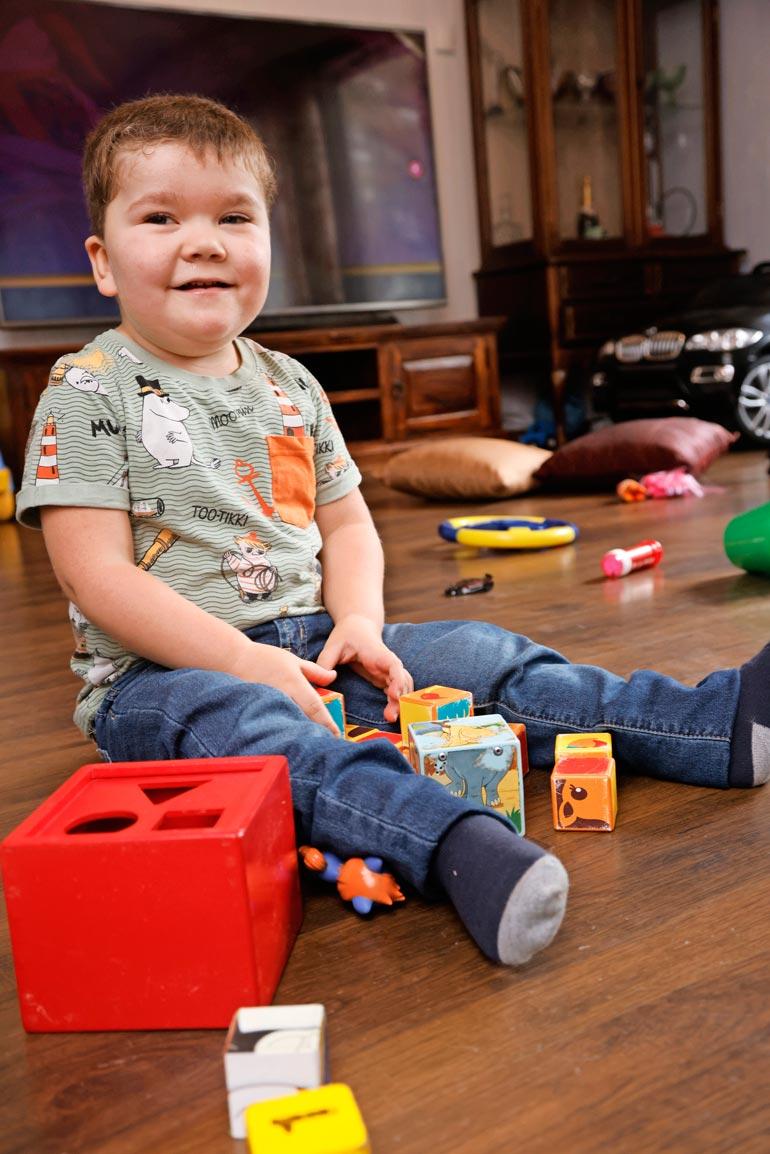Neljävuotias Elmeri ei koskaan itke mutta hymyilee alati. Hänellä on Coffin-Sirisin oireyhtymä, joka ilmenee kehitysvammaisuutena ja monielinsairautena.