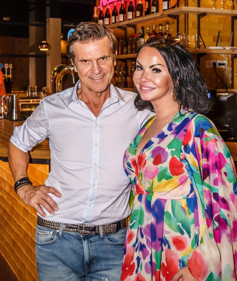 Sedu ja Sari poseerasivat iloisesti ravintolan avajaisissa Tallinnassa.